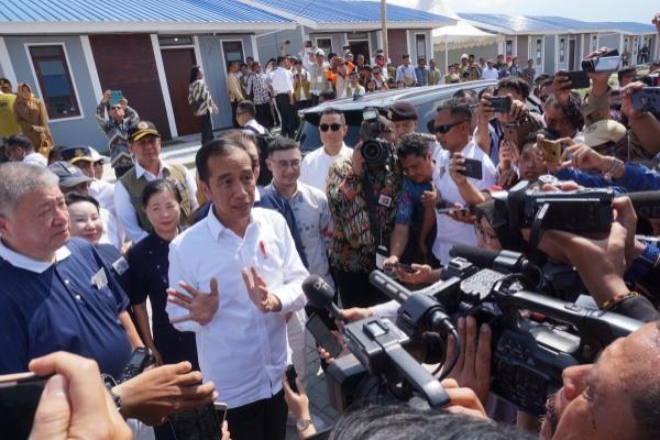 Presiden Joko Widodo (kedua kiri) menjawab pertanyaan wartawan usai meninjau pembangunan hunian tetap bagi korban bencana gempa, tsunami dan likuefaksi yang dibangun di Kelurahan Tondo, Palu, Sulawesi Tengah, Selasa (29/10/2019). - ANTARA FOTO/Mohamad Hamzah
