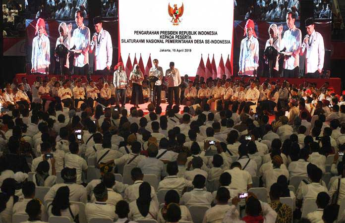 Presiden Joko Widodo (kedua kanan) berdialog dengan perwakilan kepala desa saat menghadiri Silaturahmi Nasional Pemerintahan Desa se-Indonesia di Jakarta, Rabu (10/4/2019). - ANTARA/Akbar Nugroho Gumay