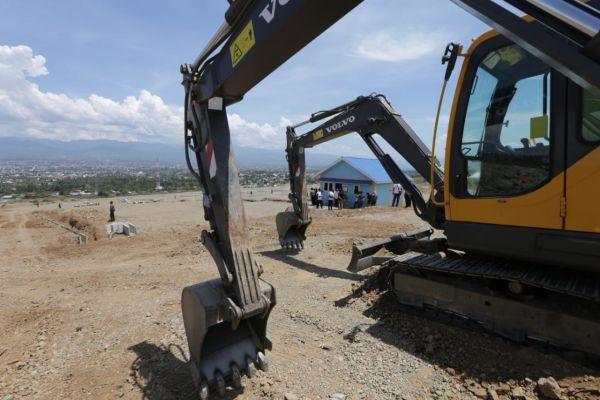 Alat berat dikerahkan dalam proses pembangunan hunian tetap korban bencana di Palu. - Bisnis/Mutiara Nabila