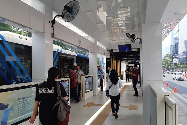 Aktivitas di Halte Transjakarta Tosari baru. - Bisnis.com/Samdysara Saragih