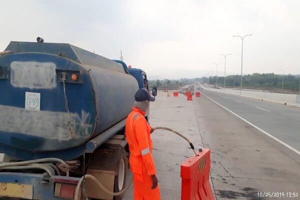 Ilustrasi pengisian air pada water barrier. - Jasa Marga