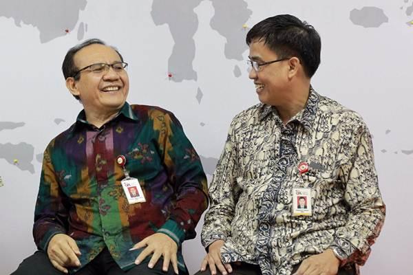 Ketua Satgas Waspada Investasi Otoritas Jasa Keuangan (OJK) Tongam Lumban Tobing (kiri) berbincang dengan Direktur Pengaturan Perizinan dan Pengawasan Fintech Hendrikus Passagi, di sela-sela konferensi pers di Jakarta, Jumat (7/9/2018). - Bisnis/Dwi Prasetya