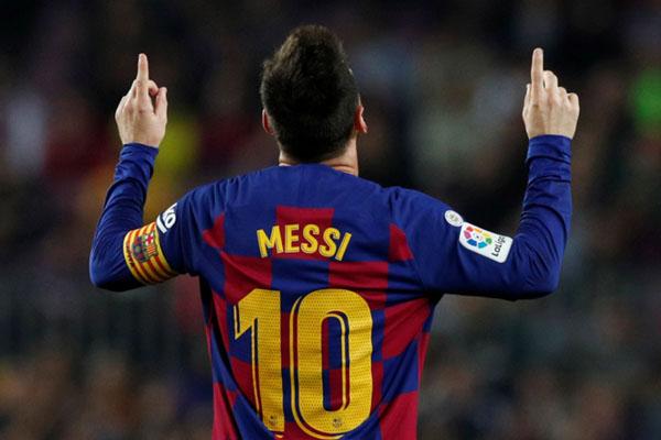 Bintang FC Barcelona Lionel Messi setelah mencetak gol keempat timnya ke gawang Real Valladolid. - Reuters/Albert Gea