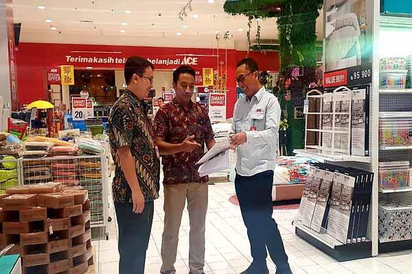 Dari kiri - kanan, Area Manager Ace Hardware Jawa Timur Tjia Henryson, Store Manager Ace Hardware Ciputra World Surabaya (CWS) Andik Sugiyo, dan General Manager Ace Hardware Ali Yudhanto saat meninjau gerai terbaru Ace Hardware di CWS, Rabu (30/10/2019) - Bisnis/Peni Widarti