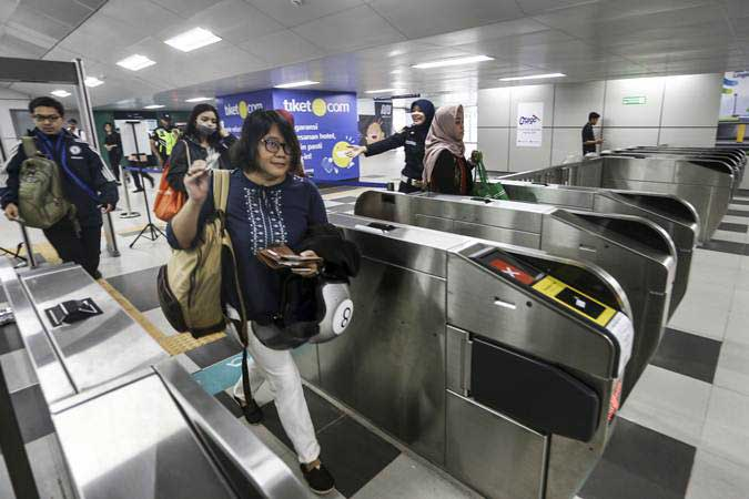 Calon penumpang memasuki stasiun MRT - ANTARA/Nova Wahyudi