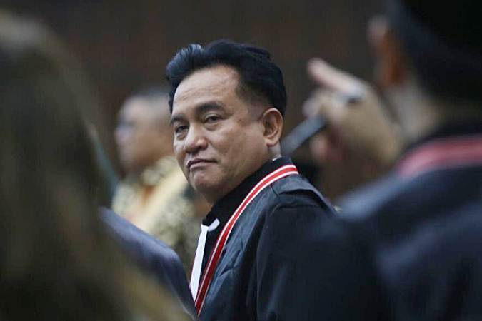 Yusril Ihza Mahendra meninggalkan ruangan saat skors sidang putusan Perselisihan Hasil Pemilihan Umum (PHPU) Presiden dan Wakil Presiden 2019 di skros di Gedung Mahkamah Konstitusi, Jakarta, Kamis (27/6/2019). - Bisnis/Abdullah Azzam