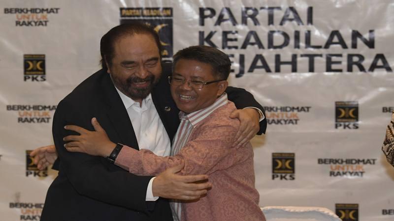 Ketua Umum Partai Nasional Demokrat (Nasdem) Surya Paloh (kiri) berpelukan dengan Presiden Partai Keadilan Sejahtera (PKS) Sohibul Iman usai menyampaikan hasil pertemuan tertutup kedua partai di DPP PKS, Jakarta, Rabu (30/10/2019). - Antara