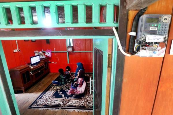 Keluarga menonton televisi usai rumahnya dialiri listrik di sela-sela peresmian Jaringan Listrik Perdesaan untuk 233 Dusun di Wilayah PT PLN Distribusi Jawa Barat Tahun 2017 di Cigalontang, Kabupaten Tasikmalaya, Jawa Barat, Kamis(2/11). - JIBI/Rachman