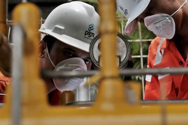 Petugas PT Perusahaan Gas Negara Tbk memeriksa Regulator System di Bogor, Jawa Barat, Kamis (28/9). - JIBI/Nurul Hidayat