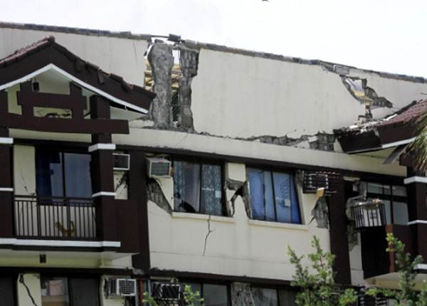Bangunan kondominium mengalami kerusakan setelah gempa dengan magnitudo 6,5mengguncang Davao City, Mindanao, Filipinas, 31 October 2019. - REUTERS/Lean Daval Jr