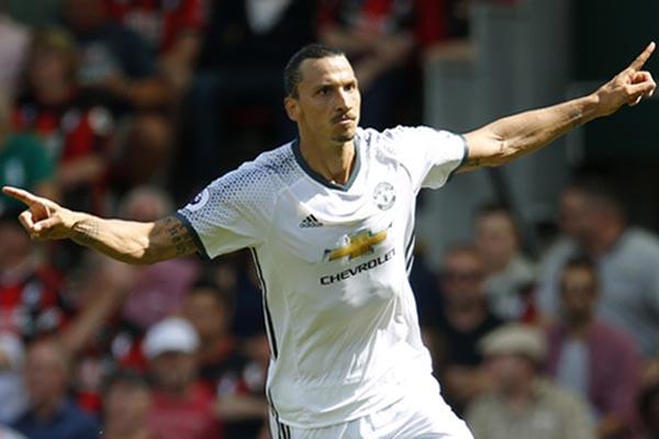 Zlatan Ibrahimovic ketika masih membela Manchester United. - Reuters/Andrew Couldridge