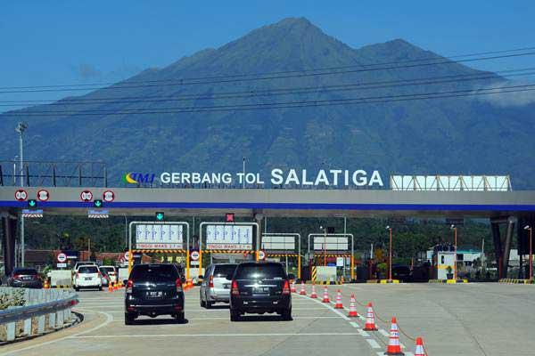 Pengendara antre di gerbang jalan tol Salatiga, Jawa Tengah, Minggu (18/6). - Antara/Aloysius Jarot Nugroho