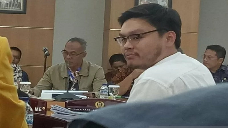Anggota Fraksi Partai Solidaritas Indonesia (PSI) DPRD DKI Jakarta William Aditya Sarana saat rapat Komisi A di Gedung DPRD DKI Jakarta, Kamis (31/10/2019). - Antara