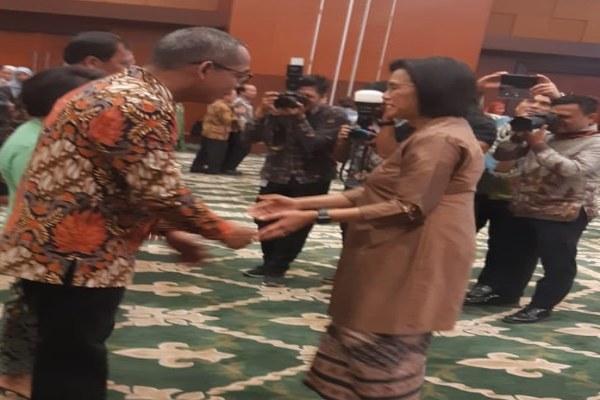 Menteri Keuangan Sri Mulyani Indrawati mengucapkan selamat kepada Suryo Utomo yang baru saja dilantik sebagai Dirjen Pajak menggantikan Robert Pakpahan.