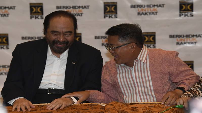 Ketua Umum Partai Nasional Demokrat (Nasdem) Surya Paloh (kiri) dengan Presiden Partai Keadilan Sejahtera (PKS) Sohibul Iman menyampaikan hasil pertemuan tertutup kedua partai di DPP PKS, Jakarta, Rabu (30/10/2019). - Antara