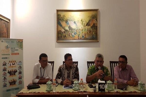Dari kanan-kiri, Kepala Divisi SP-PUR BI Jatim Abrar, Kepala BI Jatim Difi Ahmad Johansyah dan Deputi Kepala Perwakilan BI Jatim Harmanta saat Media Gathering Festival Ekonomi Syariah (Fesyar) 2019 di Surabaya, Kamis malam (31/10/2019). - Bisnis/Peni Widarti