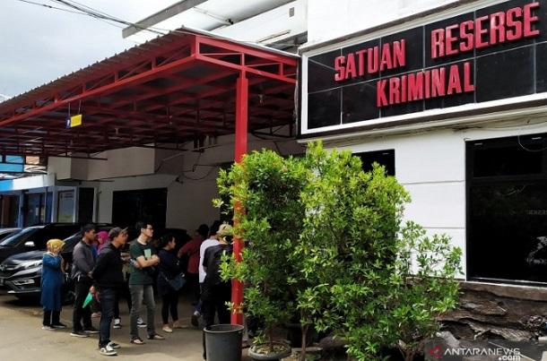 Konsumen Akumobil menyampaikan laporan dugaan penipuan di Mapolrestabes Bandung. - Antara