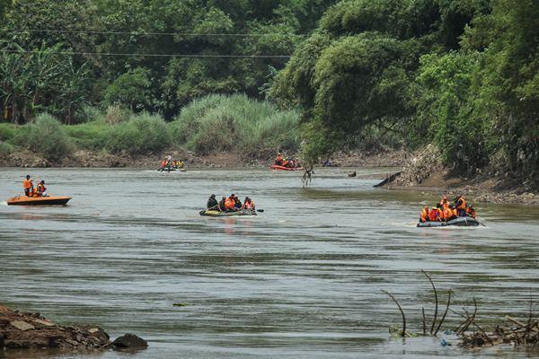 Kegiatan susur sungai Bengawan Solo. - Antara/Mohammad Ayudha