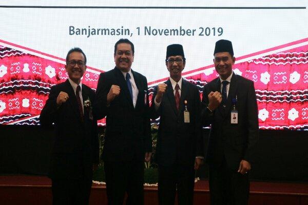 Jajaran Direksi Bank Kalsel berfoto bersama dengan Kepala OJK Regional 9 Kalimantan Riza Aulia Ibrahim.