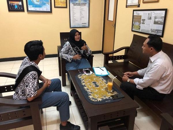Kepala Tim Advisory dan Pengembangan Ekonomi Thomy Andryas saat mewawancari Duta Rupiah di SMA Negeri 1 Balikpapan. - JIBI_Istimewa