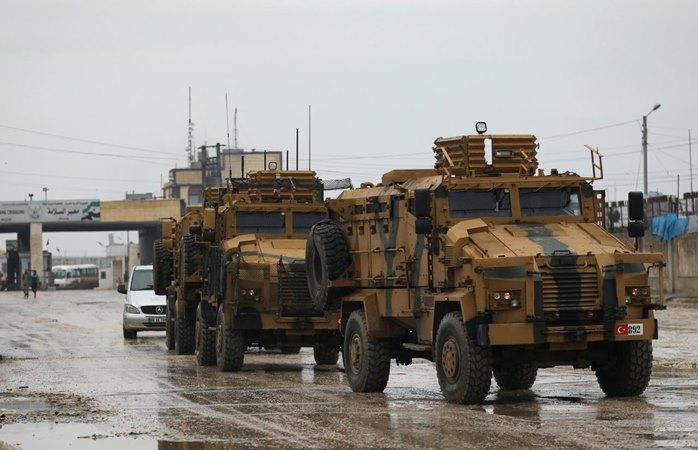 Kendaraan militer Turki di perbatasan Bab el-Salam yang melintasi antara kota Azaz di Suriah dan kota Kilis di Turki, 1 Januari 2019. - REUTERS / Khalil Ashawi