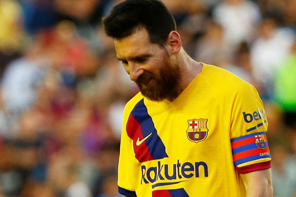 Bintang Barcelona Lionel Messi gontai meninggalkan lapangan setelah timnya dikalahkan Levante. - Reuters/Javier Barbancho