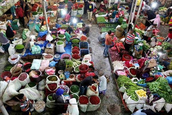 Ilustrasi. Aktivitas pedagang dan konsumen di pasar tradisional. - ANTARA/Irwansyah Putra