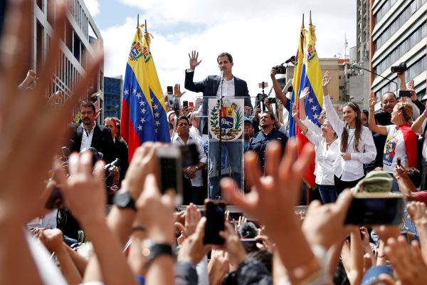 Presiden Majelis Nasional Venezuela Juan Guaido saat mendeklarasikan diri sebagai presiden sementara Venezuela, melawan Presiden Nicolas Maduro. Deklarasi dilakukan berbarengan dengan peringatan 61 tahun berakhirnya kediktatoran Marcos Perez Jimenez di Caracas, Venezuela, Rabu (23/1/2019). - Reuters/Carlos Garcia Rawlins