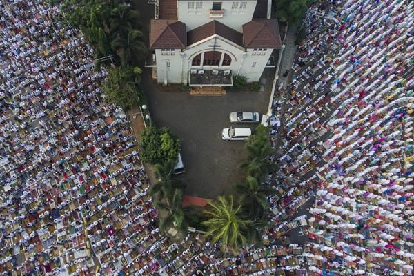 Ilustrasi - Foto aerial ribuan umat muslim mengikuti salat Idul Fitri 1438 H di Jatinegara, Jakarta Timur, Minggu (25/6). Pemerintah menetapkan hari raya Idul Fitri 1438 H jatuh pada hari ini Minggu (25/6). ANTARA FOTO - Sigid Kurniawan