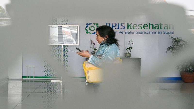 Warga berjalan di lobi kantor Badan Penyelenggara Jaminan Sosial (BPJS) Kesehatan. - Antara