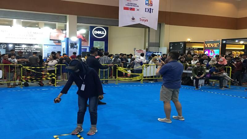 Pengunjung melakukan permainan di gerai Indocomtech, pameran teknologi komunikasi dan infomasi terbesar di Indonesia yang sudah terselenggara ke-27 kalinya di Jakarta Convention Center, Minggu, (3/11/2019). JIBI/Bisnis - Akbar Evandio