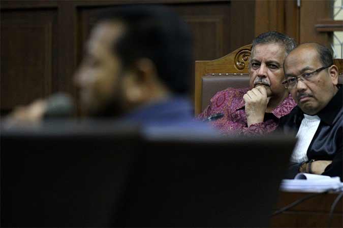 Mantan Dirut PLN Sofyan Basir saat mendengar keterangan dari mantan Ketua DPR Setya Novanto di Pengadilan Tipikor, Jakarta