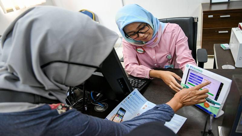 Pegawai melayani warga di kantor Badan Penyelenggara Jaminan Sosial (BPJS) Kesehatan Jakarta Timur, di Jakarta, Rabu (30/10/2019). - Antara