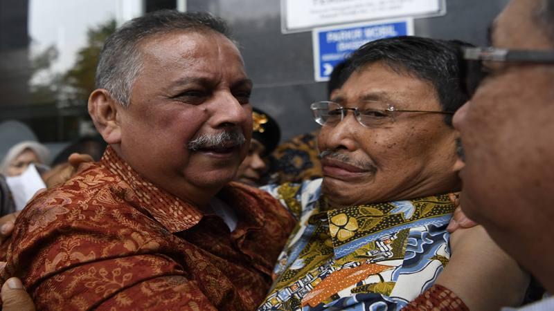 Mantan Dirut PLN Sofyan Basir (kiri) meluapkan kegembiraan bersama kerabat usai diputus bebas di Pengadilan Tipikor, Jakarta, Senin (4/11/2019).  - Antara