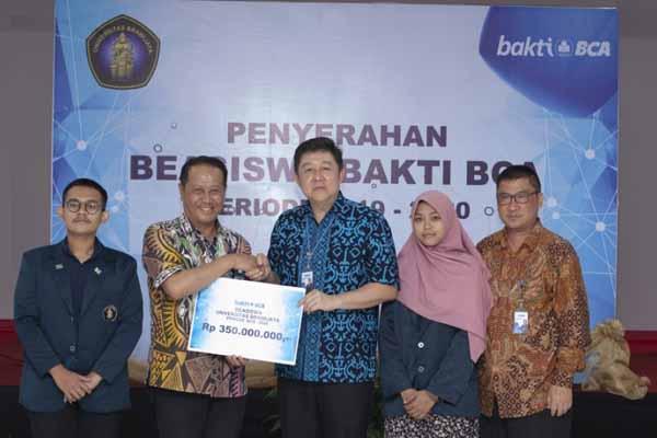 Kepala Kantor Wilayah VII BCA Jo Rudy Kurniawan (tengah) secara simbolis menyerahkan beasiswa sebesar Rp350 juta kepada Wakil Rektor III Abdul Hakim (dua dari kiri) untuk 50 mahasiswa berprestasi di kampus tersebut, akhir September lalu - Istimewa