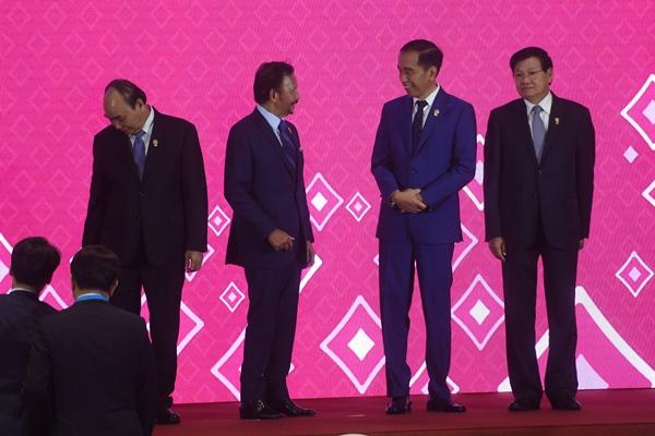 Presiden Joko Widodo (kedua kanan) berbincang dengan Sultan Brunei Darussalam Sultan Hassanal Bolkiah (kedua kiri) pada KTT ke-22 ASEAN Plus Three (APT) di Bangkok, Thailand, Senin (4/11/2019). KTT tersebut diikuti negara-negara ASEAN serta tiga negara sahabat yaitu Jepang, China dan Korea Selatan - ANTARA FOTO/Akbar Nugroho Gumay