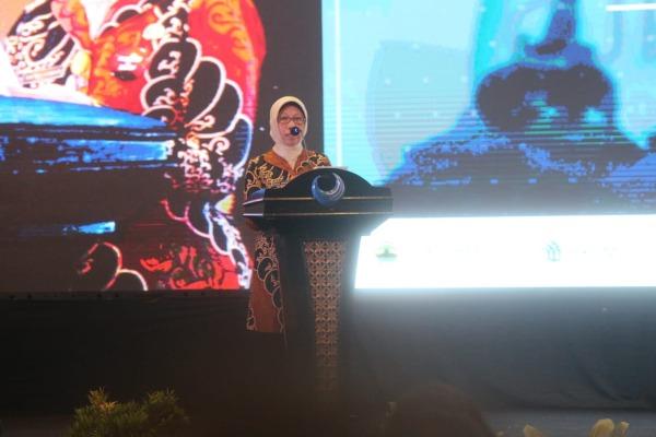 Kepala DPMPTSP Jateng Ratna Kawuri saat memberikan sambutan dalam acara Central Java Investment Business Forum(CJIBF) di Jakarta,Selasa (5/11). Forum ini bertujuan untuk melecut gairah investasi di Jawa Tengan khususnya sektor pariwisata dan manufaktur.CJIBF diikuti 427 peserta dalam negeri dan 73 peserta mancanegara. - Bisnis - Triawanda Tirta Aditya