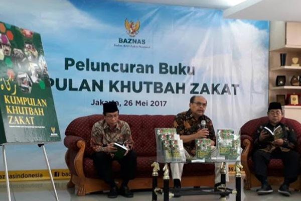 Ketua Badan Amil Zakat Nasional Bambang Sudibyo saat peluncuran buku Kumpulan Khutbah Zakat, didampingi Anggota Baznas, M. Satori Ismail (kanan) dan Masdar F Mas'udi (kiri), Jumat (26/5/2017). - JIBI/Nurudin Abdullah