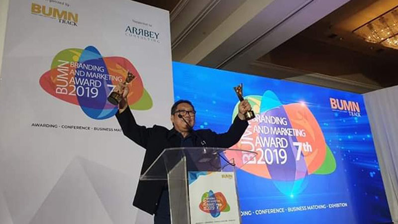Direktur Utama PT Indra Karya (Persero) Milfan Rantawi meraih The Best CEO Strategic Innitiative Collaboration dalam BUMN Branding & Marketing Award 2019 yang digelar BUMN Track. - Istimewa