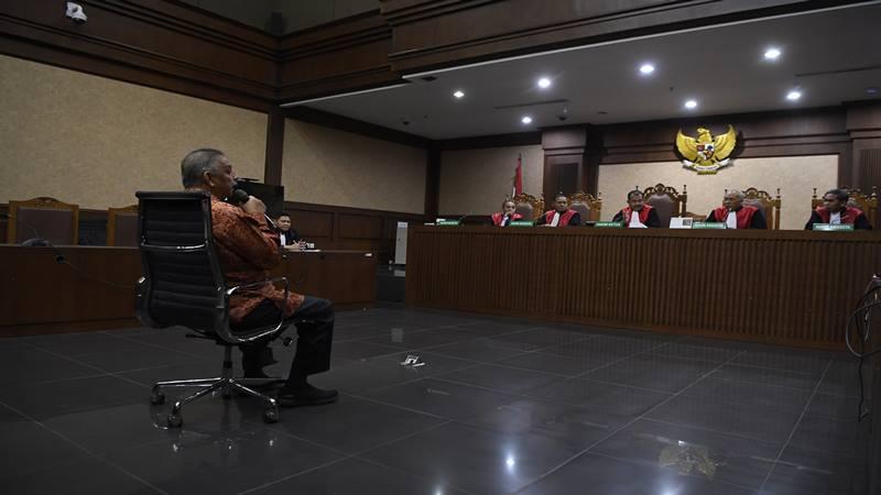Mantan Dirut PLN Sofyan Basir menyampaikan tanggapan atas putusan terhadap dirinya di Pengadilan Tipikor, Jakarta, Senin (4/11/2019). Majelis hakim memvonis bebas Sofyan Basir.  - Antara