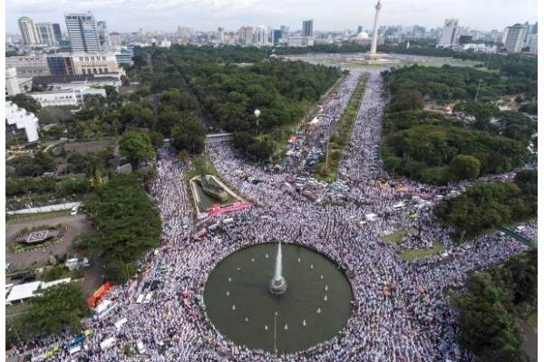 Foto aerial ribuan umat Islam melakukan dzikir dan doa bersama di kawasan Bundaran Bank Indonesia, Jakarta - Antara/Sigid Kurniawan