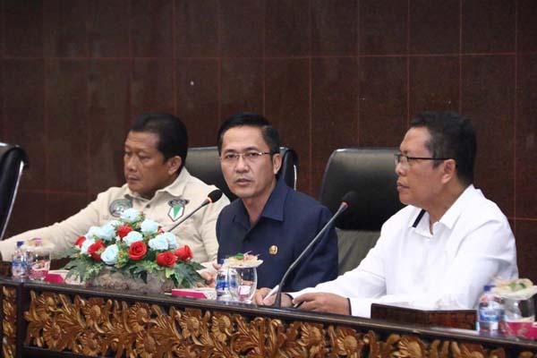 Sekretaris Kota Palembang Ratu Dewa (tengah) saat memimpin rapat yang membahas persiapan Porprov XII. / Istimewa