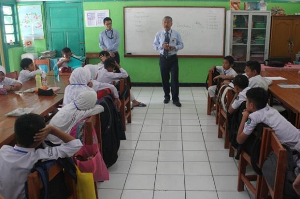 Kepala KPP Pratama Cimahi, Joni Isparianto ikut ambil bagian dalam kegiatan Kemenkeu Mengajar sebagai Relawan Pengajar yang dilaksanakan di SDN Baros Mandiri 5 dan SDN Baros Mandiri 6 Kota Cimahi.