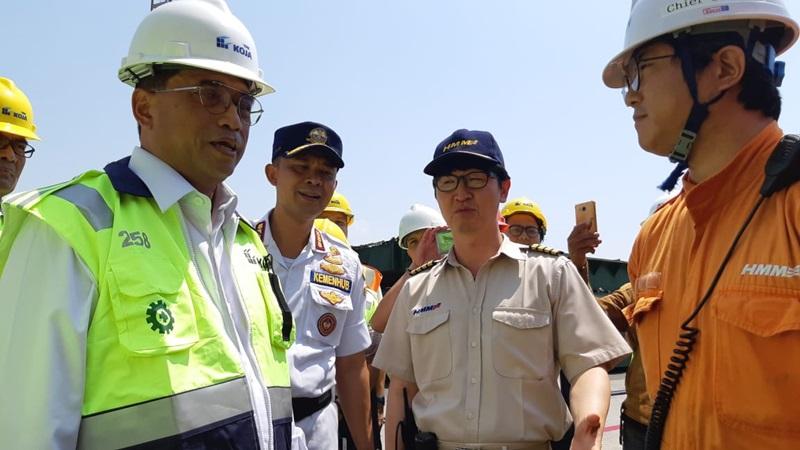 Menteri Budi Karya Sumadi (Kiri) bersama kepala kapal Korea (dua dari kanan) saat melakukan kunjungan kapal barang di Pelabuhan Tanjung Priok  Minggu (6/10/2019)  -  Bisnis / Putri Salsabila