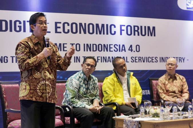 Ketua Umum Ikatan Bankir Indonesia Zulkifli Zaini (dari kiri), Deputi Komisioner Otoritas Jasa Keuangan Sukarela Batunanggar, Human Capital Head Bank Danamon Handri Yustanto, dan Head of Financial Services Industry South East Asian SAP Asia Hadi Wijaya menjadi pembicara dalam acara Digital Economic Forum 2019 bertajuk Welcome to Indonesia 4.0 - Reimagining The Workforcein The Financial Services Industry, di Jakarta, Rabu (13/3/2019). - Bisnis/Felix Jody Kinarwan