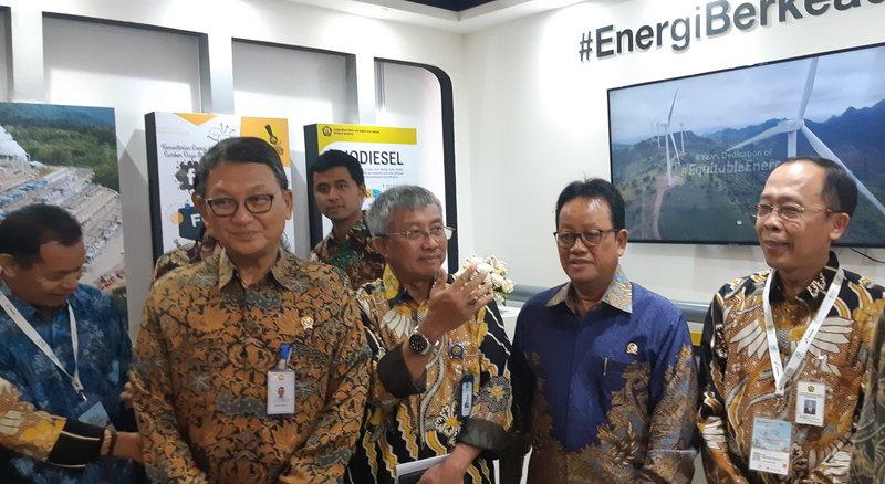 Menteri ESDM Arifin Tasrif (kiri) mendatangi sejumlah booth pameran Indo EBTKE ConEx 2019 di Jakarta Internasional Expo, Rabu (6/11/2019). - Bisnis/Ni Putu Eka Wiratmini