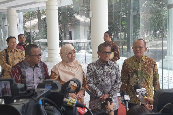 Ketua Komisi Yudisial Jaja Ahmad Jayus (kedua kanan) memberikan keterangan terkait dengan kemungkinan lembaga itu melakukan peninjauan ulang atas putusan Hakim Tipikor dalam kasus suap PLTU Riau-1. - Bisnis/Anggara Pernando
