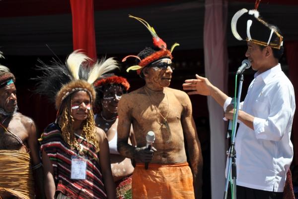 Presiden Jokowi saat berdialog dengan perwakilan masyarakat Wamena. - Antara