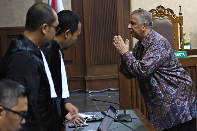 Terdakwa kasus suap proyek PLTU Riau-1 Sofyan Basir (kanan) berbincang dengan jaksa penuntut umum sebelum sidang lanjutan di Pengadilan Tipikor, Jakarta, Senin (21/10/2019). - ANTARA/Aditya Pradana Putra