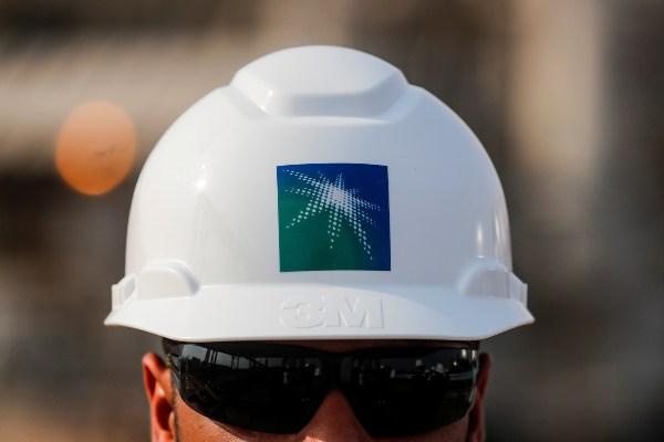 Seorang pegawai mengenakan helm Saudi Aramco di salah satu fasilitas milik perusahaan minyak itu di Abqaiq, Arab Saudi, Sabtu (12/10/2019). - Reuters/Maxim Shemetov